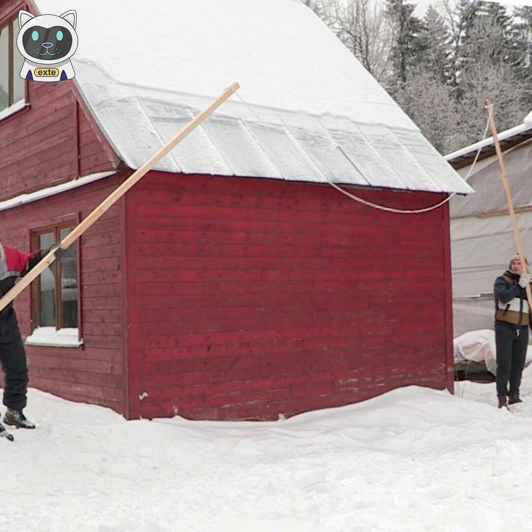 уборка снега с крыши лопатой